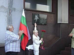 С.В. Гринченко у мемориальной доски своего отца археолога Гринченко В.А
