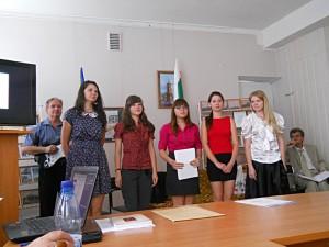 Доктор Иван Симеонов со студентами ЗНУво время представления