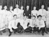 С 1957 по 159 г.-солитс Народного асамбля при доме культуры пищевой промыленности г.Ленинград-я прсевший первый справа