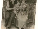 Братовчедката ми Зина със съпруга Петър ипъвото дете.